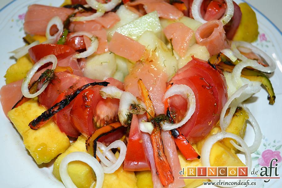 Ensalada de melón, zapote y salmón con vinagreta de eneldo
