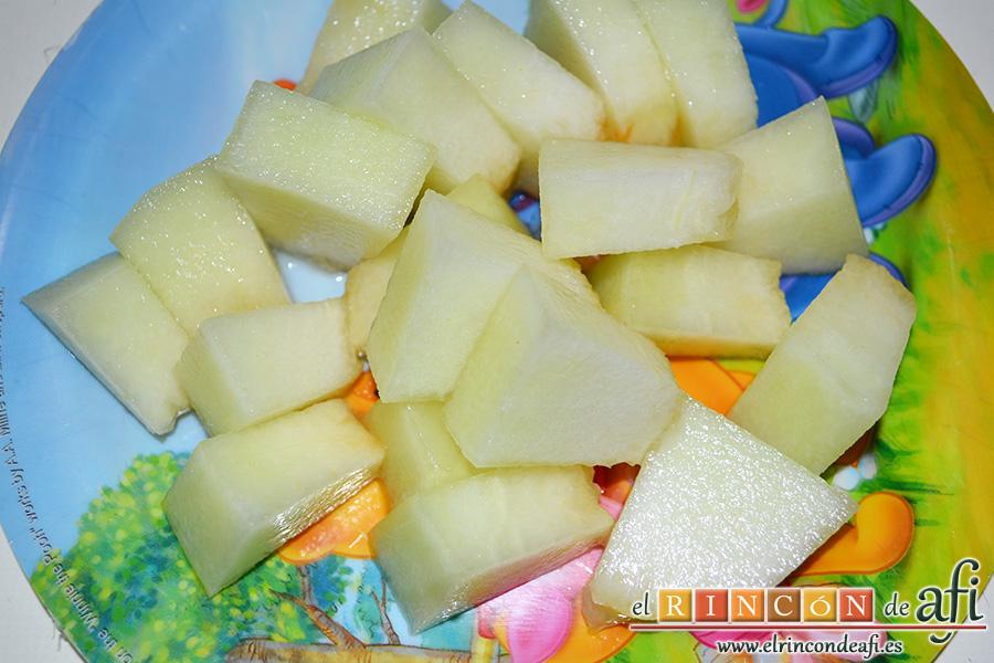 Ensalada de melón, zapote y salmón con vinagreta de eneldo, pelar las rodajas de melón y cortar en tamaño de bocado