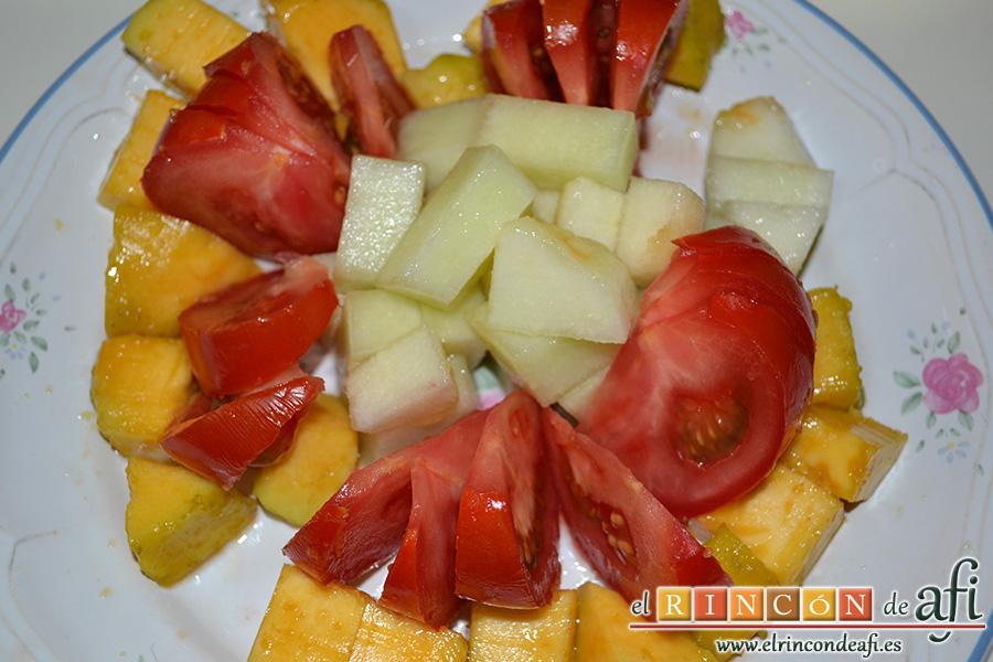 Ensalada de melón, zapote y salmón con vinagreta de eneldo, montamos la ensalada colocando los tomates desplegados con los trozos de melón en el centro y el zapote alrededor