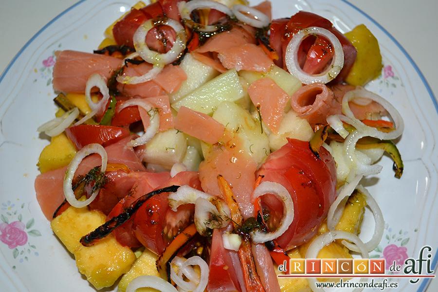 Ensalada de melón, zapote y salmón con vinagreta de eneldo, sugerencia de presentación