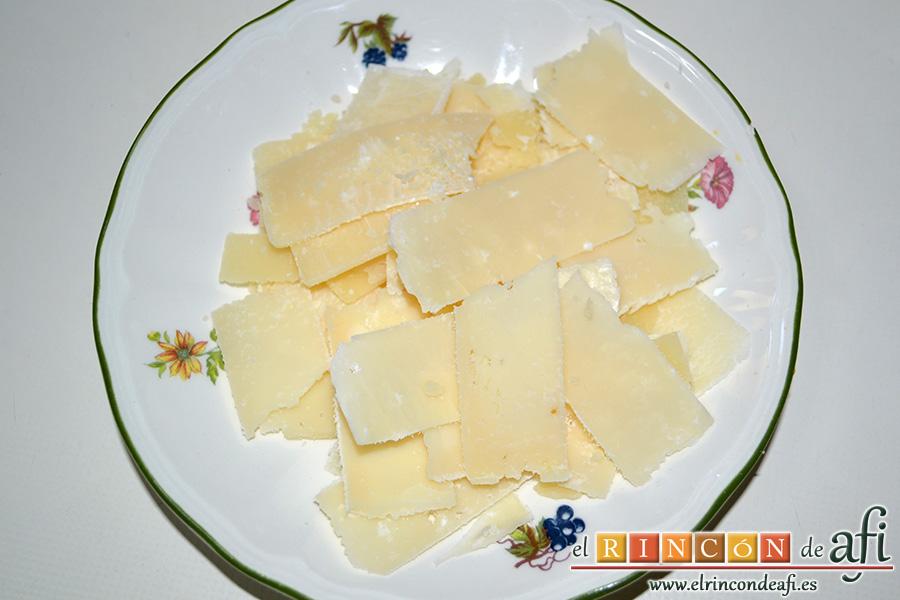 Ensalada variada con torreznos, laminar el queso parmesano