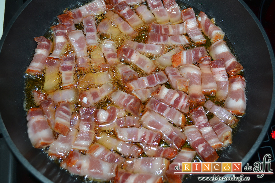 Ensalada variada con torreznos, dorar en una sartén con abundante aceite de oliva