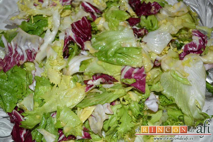 Ensalada variada con torreznos, disponer las lechugas y mezclarlas bien con el aliño