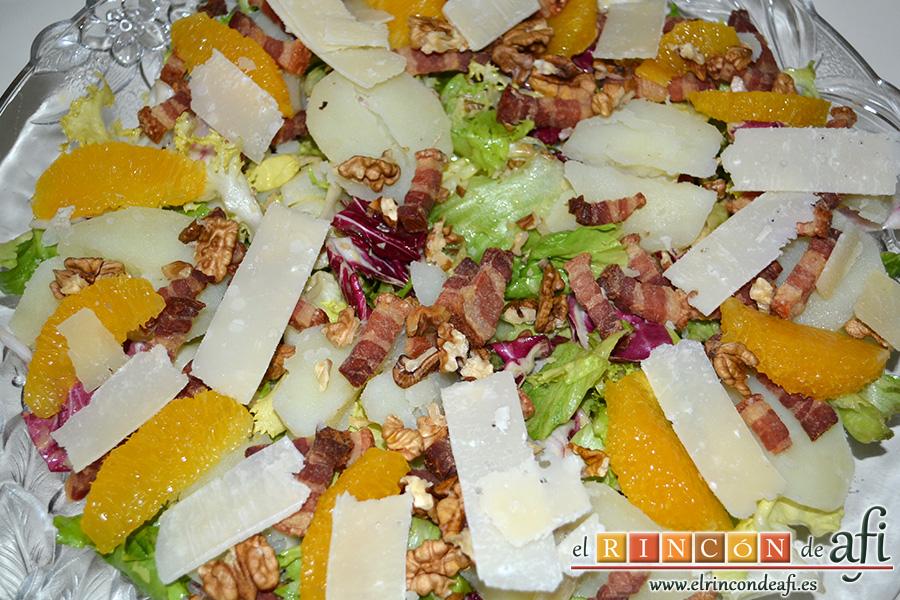 Ensalada variada con torreznos, añadir las láminas de queso parmesano