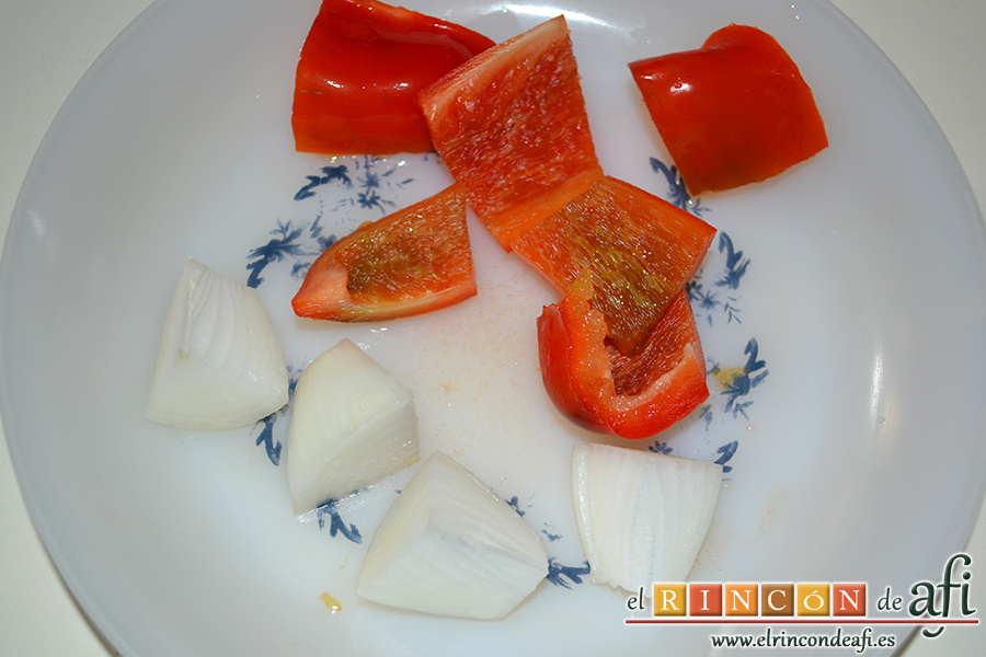 Gazpacho de cerezas, cortar el pimiento y la cebolla
