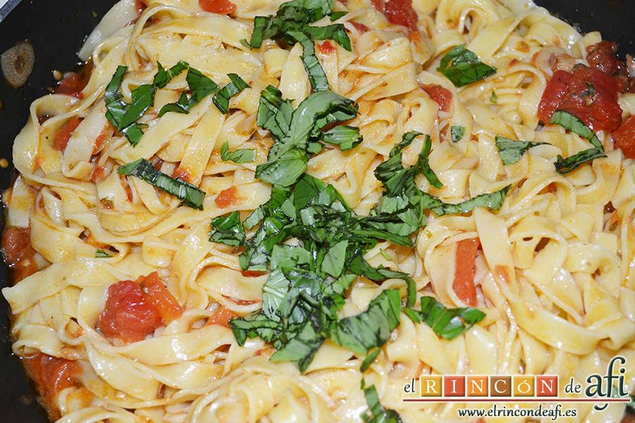 Pasta fresca rápida, remover todo y añadir las hojas de albahaca fresca troceadas