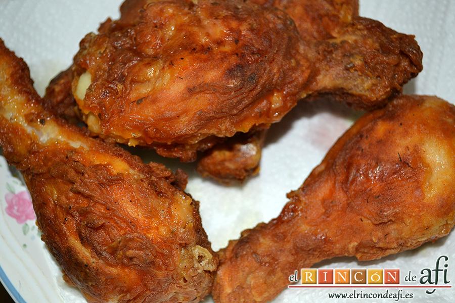 Pollo al estilo KFC (Kentucky Fried Chicken), poner sobre papel absorbente
