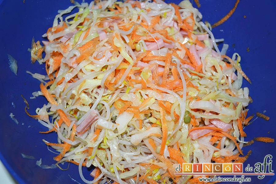 Rollitos de primavera con jamón, remover bien todos los ingredientes