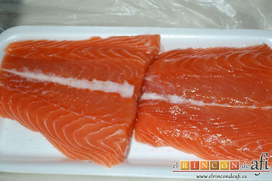 Rollitos de salmón, compramos los trozos de salmón indicándole al pescadero que retire la piel y las espinas