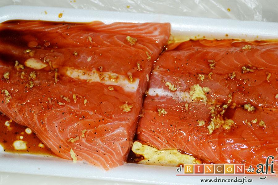 Rollitos de salmón, lo ponemos a marinar añadiéndole la cucharada de salsa de soja, la cucharada de aceite de oliva, el trocito de jengibre rallado y la pimienta