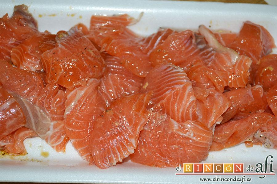 Rollitos de salmón, trocear el salmón ya marinado