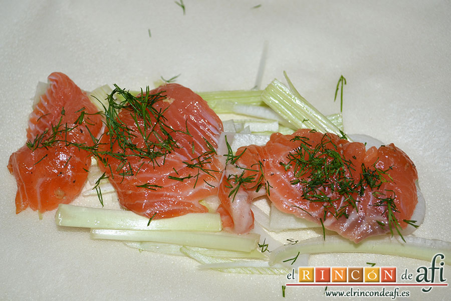 Rollitos de salmón, añadir unos trozos de salmón con eneldo espolvoreado