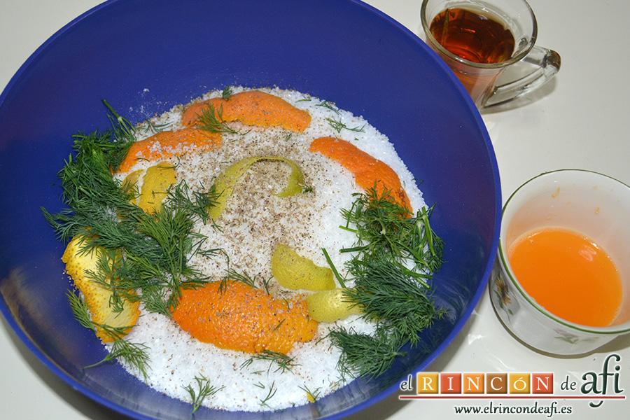 Salmón marinado con cítricos, poner en un bol la sal, la corteza de naranja, la de limón, el eneldo y la pimienta