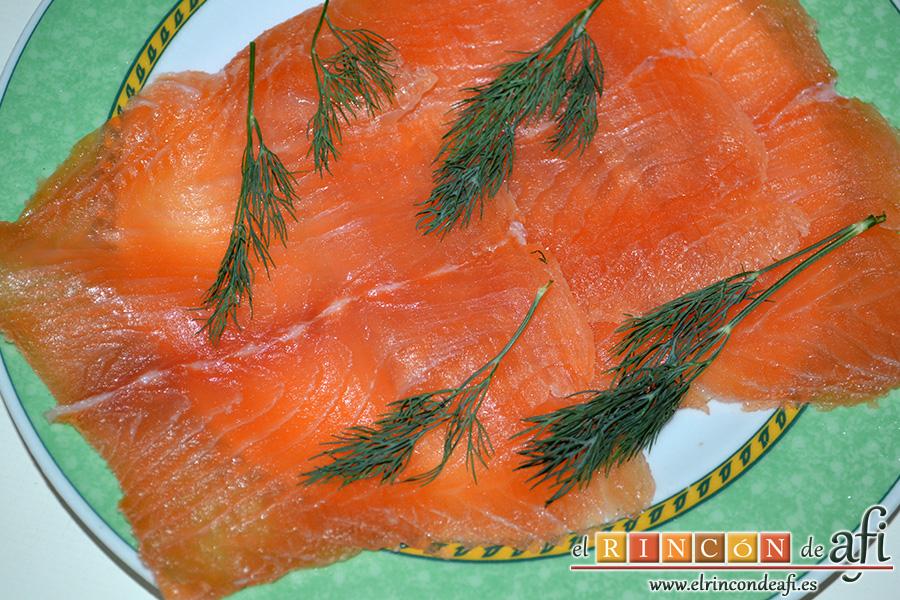 Salmón marinado con cítricos, presentar con eneldo