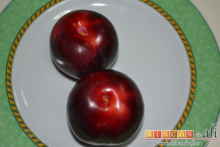 Tarta de ciruelas rojas, reservar dos para decorar