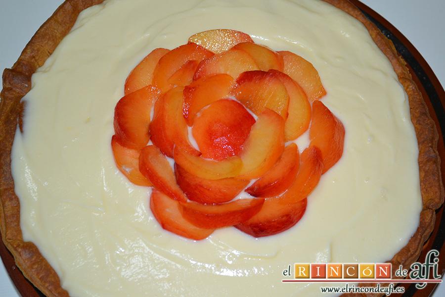 Tarta de ciruelas rojas, decorar con gajos de ciruela