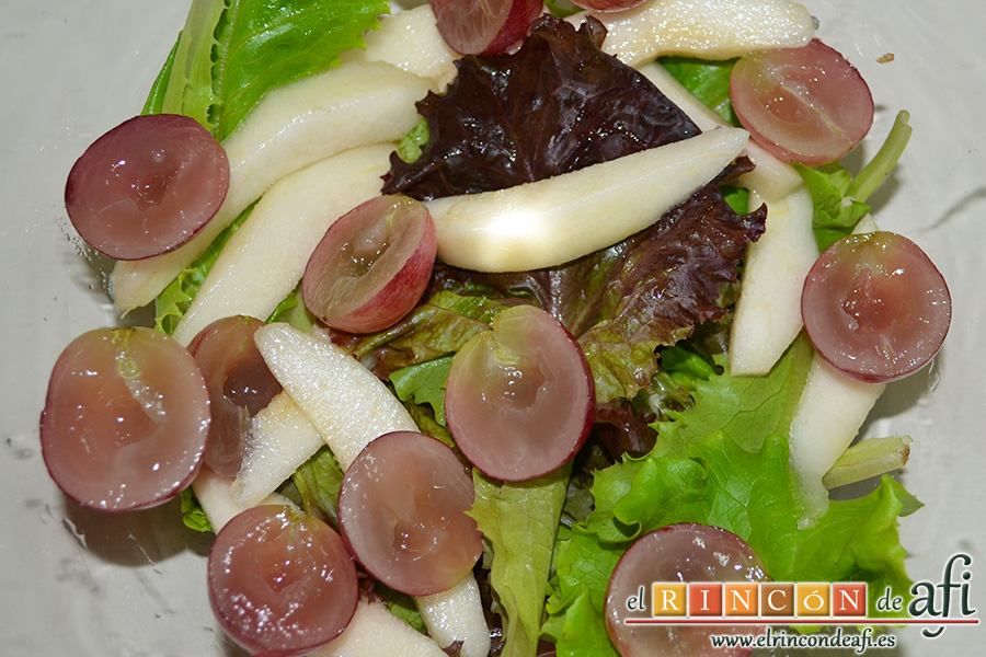 Ensalada otoñal, añadir los gajos de pera y las uvas cortadas a la mitad sin pipas