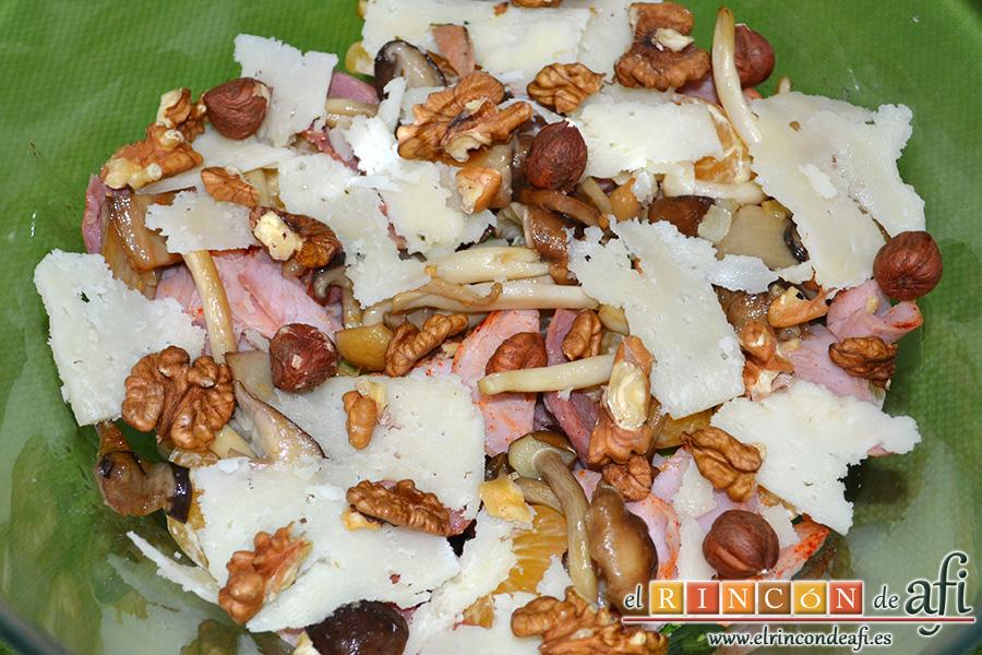 Ensalada otoñal, añadir el queso artesano y los frutos secos