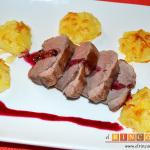 Magret de pato con salsa de cerezas y papas parisinas