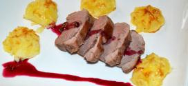 Magret de pato con papas parisinas y salsa de cerezas