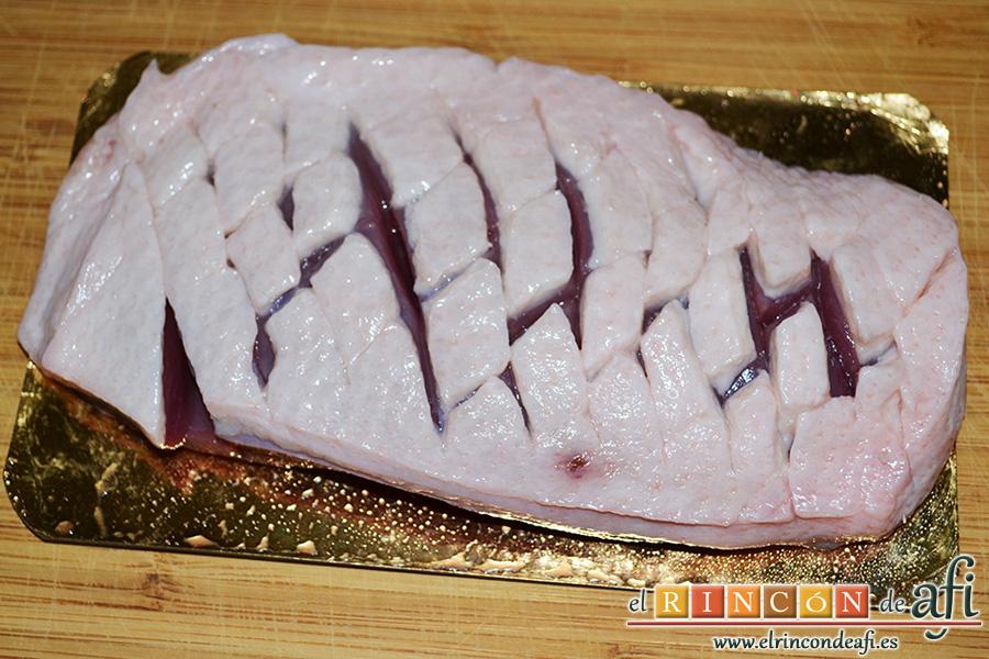 Magret de pato con salsa de cerezas y papas parisinas, cortar el magret por la parte grasa haciendo un enrejado