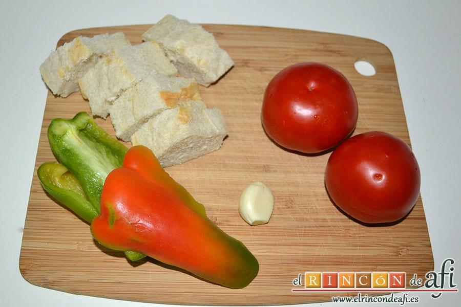 Porra antequerana, preparar los ingredientes y cortar el pan en rebanadas