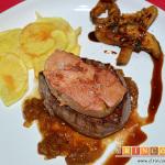 Solomillo de ternera con foie, cebolla caramelizada y reducción al Pedro Ximénez, sugerencia de presentación