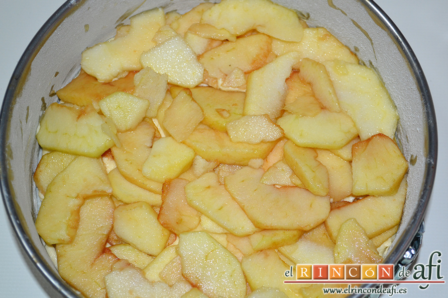 Bizcocho con manzanas, verter la mitad de la masa en el molde y cubrir con la mitad de las manzanas