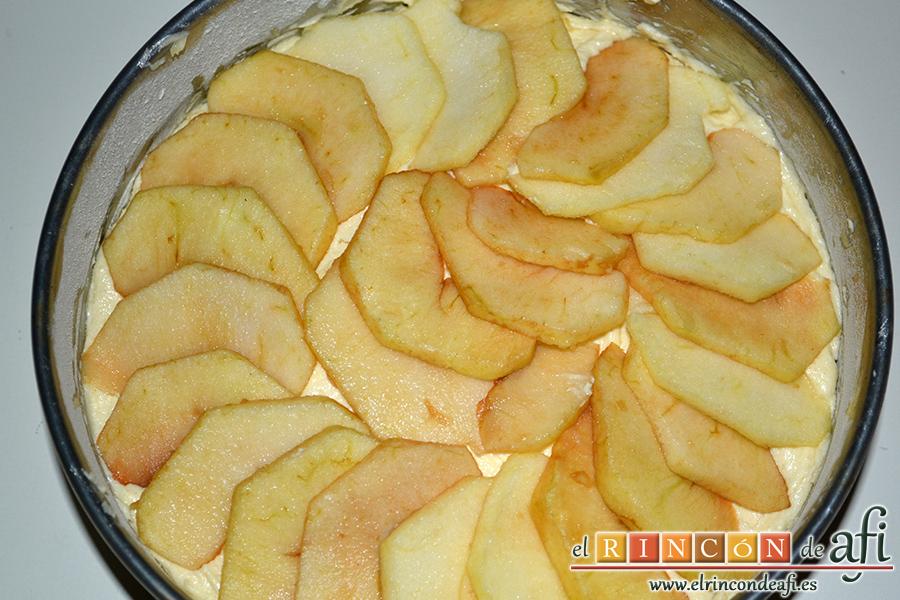 Bizcocho con manzanas, cubrir con el resto de las manzanas