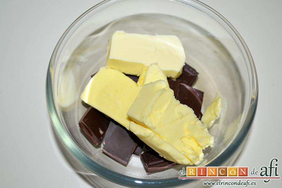 Brownie de chocolate con crema de queso, mezclamos el chocolate para fundir con la mantequilla