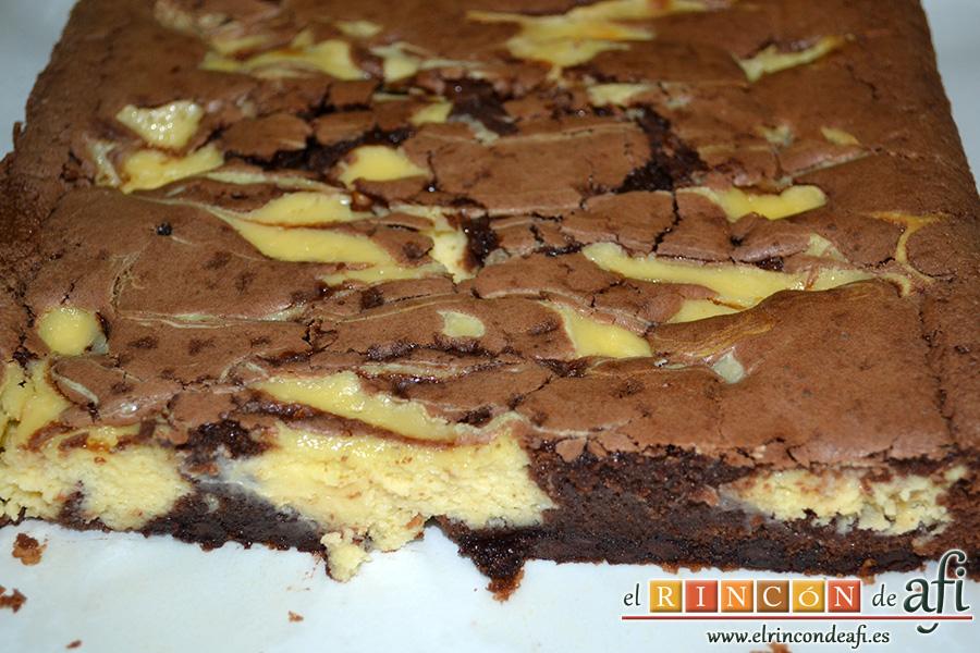 Brownie de chocolate con crema de queso, hornear