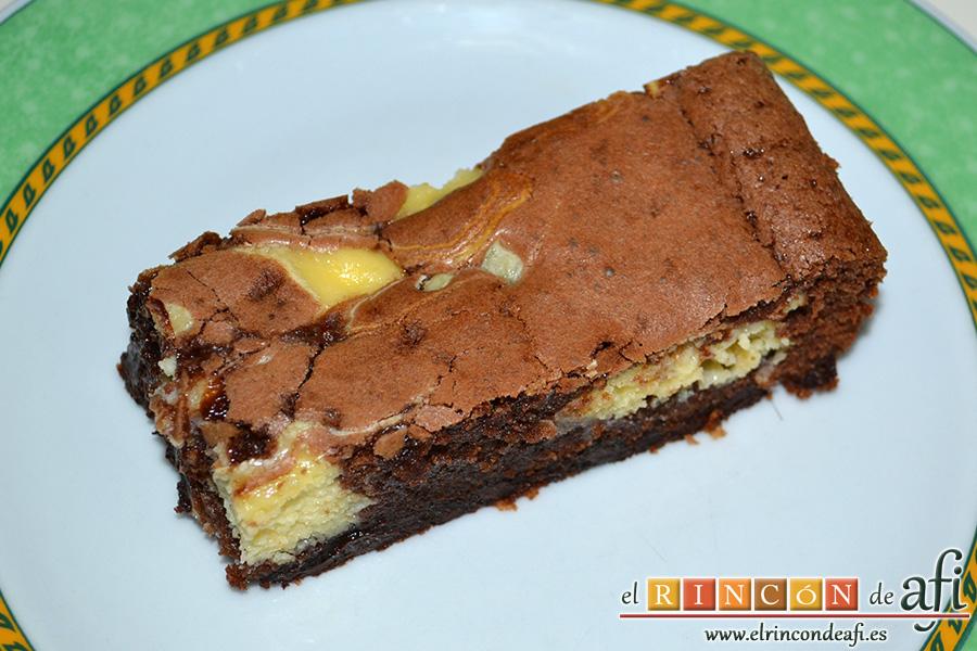 Brownie de chocolate con crema de queso, sugerencia de presentación