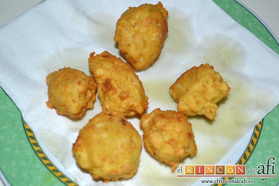 Buñuelos de pez espada con cúrcuma, poner sobre papel absorbente para quitar el exceso de aceite