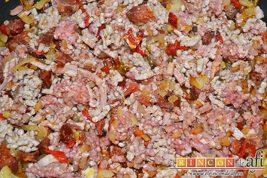 Calabacines rellenos, removemos todo bien y añadimos la sal, la pimienta y un poco de orégano