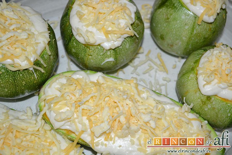 Calabacines rellenos, una vez rellenos los cubrimos con el resto de la bechamel bien espesa y añadimos el queso rallado por encima