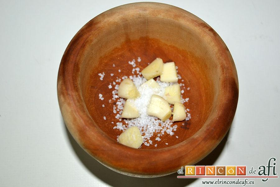Carne guisada a la gallega, en un mortero colocamos los dientes de ajo con un poco de sal gorda