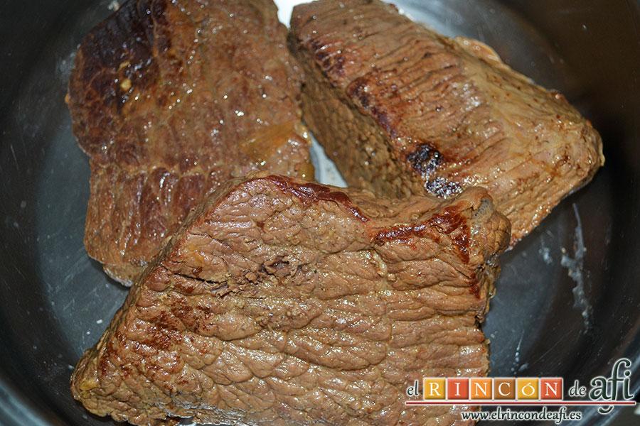 Carne guisada a la gallega, sacamos de la olla los trozos de carne y los colocamos en un caldero