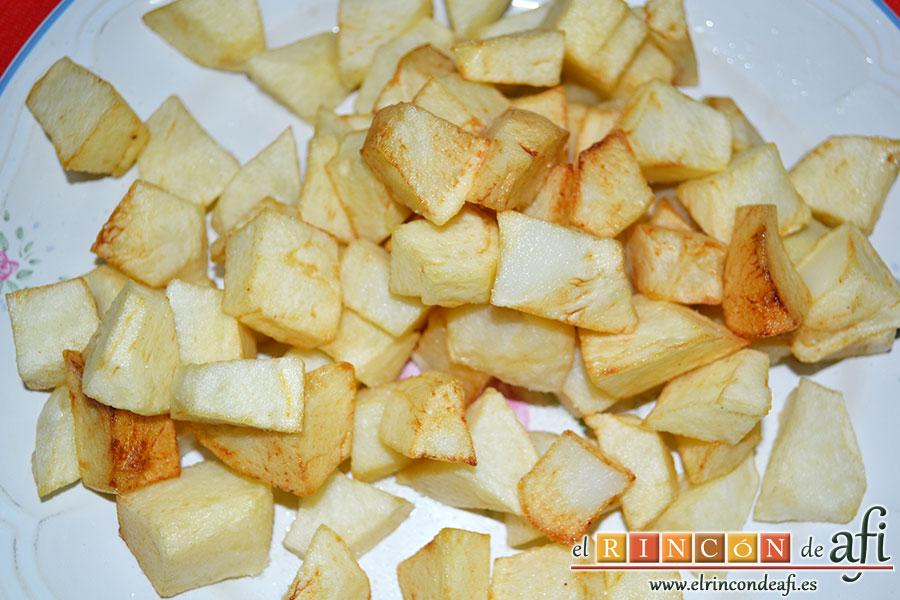Carne guisada a la gallega, freír papas en cuadritos y salarlas ligeramente