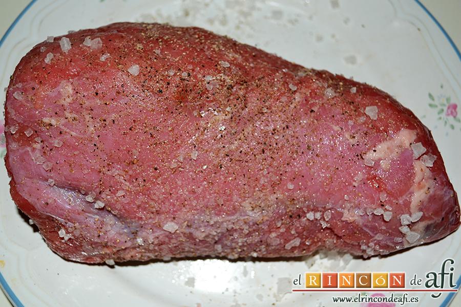 Carpaccio de solomillo, lo marinamos con mucha pimienta molida y sal en escamas por todas partes