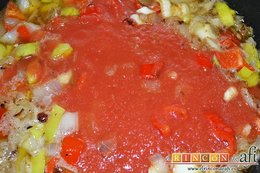 Chipirones rellenos, dejando que evapore el alcohol para añadir luego el tomate triturado junto con las especias