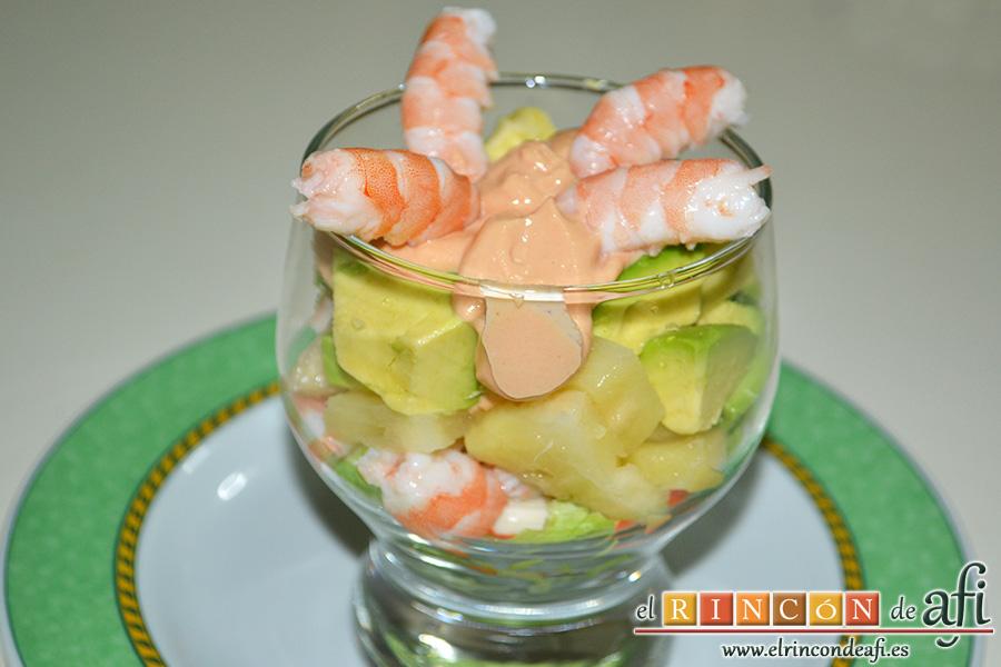 Cocktail de langostinos, palitos de cangrejo y aguacates