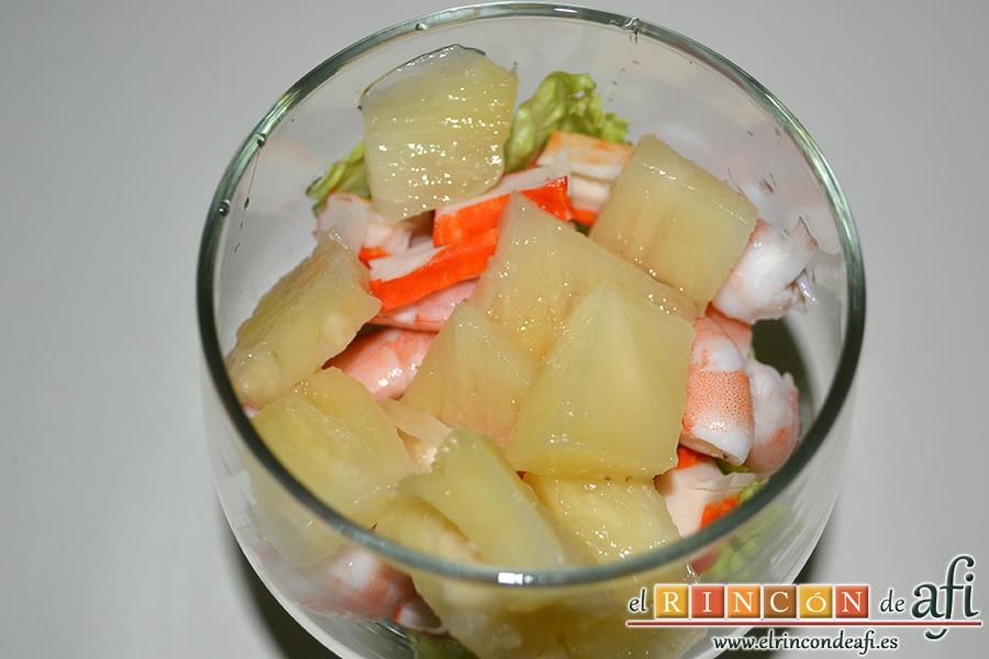 Cocktail de langostinos, palitos de cangrejo y aguacates, aAñadimos una capa de piña tropical troceada