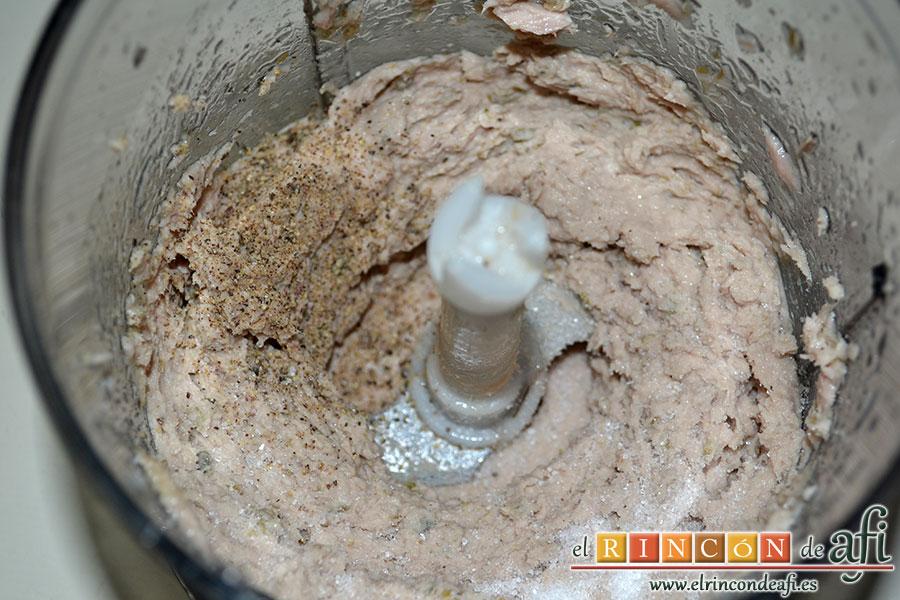 Crema de atún, añadir la sal y la pimienta y seguir triturando