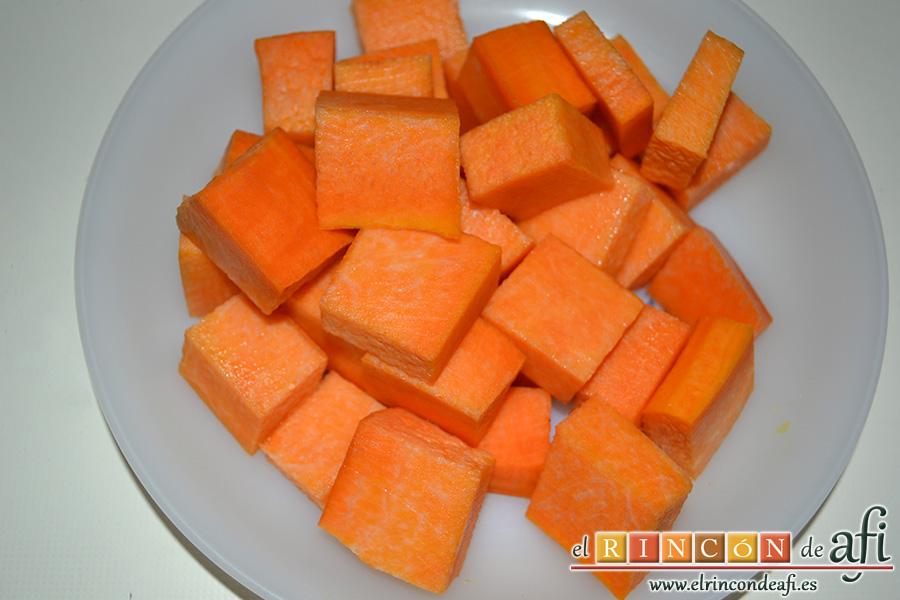 Crema de calabaza y zanahorias con queso de cabra, añadimos la calabaza pelada y cortada en trozos