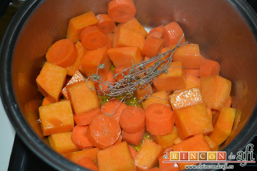 Crema de calabaza y zanahorias con queso de cabra, añadir y rehogar con una ramita de tomillo