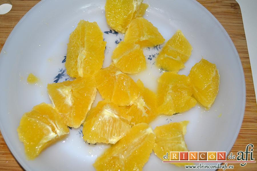 Crema de calabaza y zanahorias con queso de cabra, pelar y cortar las naranjas retirando la parte blanca