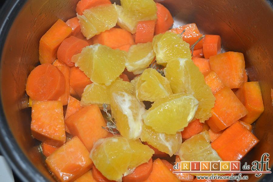 Crema de calabaza y zanahorias con queso de cabra, añadir las naranjas
