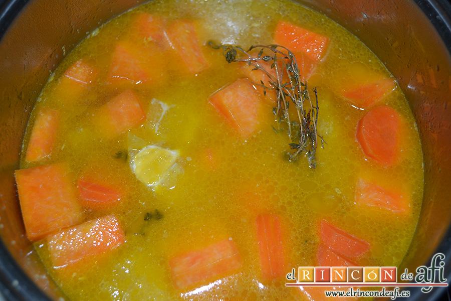 Crema de calabaza y zanahorias con queso de cabra, cubrir con el caldo de verduras