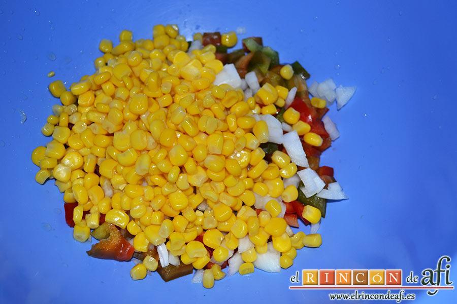 Ensalada de arroz, el bote de maíz escurrido