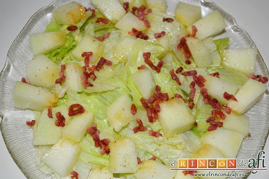 Ensalada de escarola, melón y bacon, añadir el bacon calentado al microondas y cortado muy fino, y aliñar